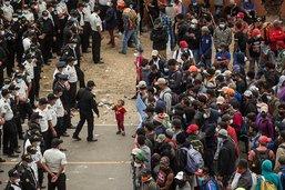 La police disperse par la force les migrants honduriens