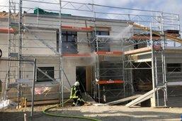 Une maison en construction prend feu à Murist