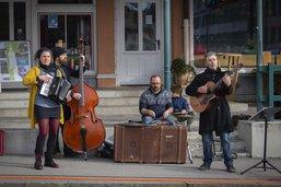Des artistes se produisent dans la rue à Bulle